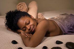 Massage à la maison : quels accessoires pour votre table de massage