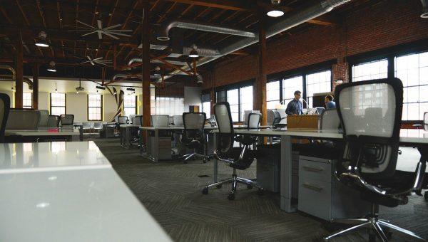 Chaise de bureau design : alliez le confort physique et visuel.