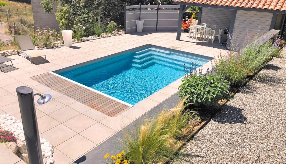 Sublimer son extérieur : quel est l'intérêt d'une piscine à coque ?