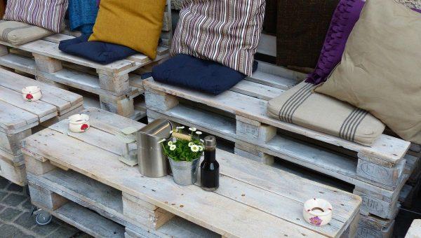 Quel meuble en bois de palettes recyclées pour peaufiner la déco de son salon?